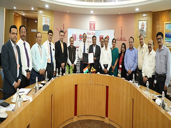 Senior officials of ONGC and Indian Oil after signing the MoU