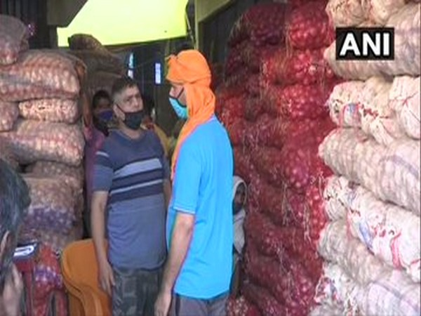 Onion sellers at Okhla Sabzi Mandi say that the central govt's decision to ban the export of onions will affect its prices. [Photo/ANI]