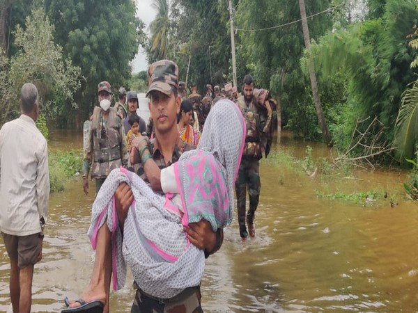 Army recuses over 100 people from flood affected areas in Maharshtra. (Photo/ANI)