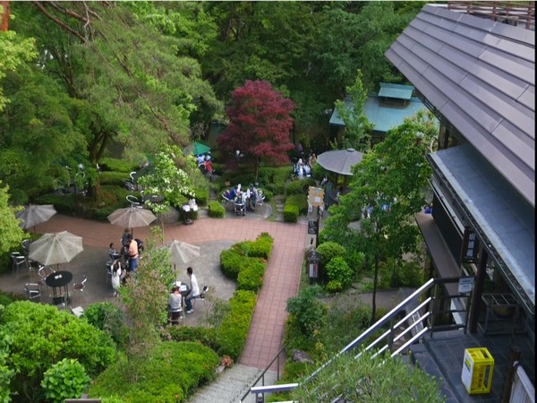 Along the river, there are many resting stops like restaurants, shops and cafes offering light meals and refreshments.