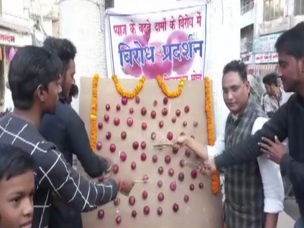 Members of Haqq-e Hindustan Morcha seen showing incense to onion in Muzaffarpur. Photo/ANI