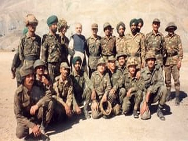 Narendra Modi with soldiers in Kargil during the 1999 war. (Source Twitter)