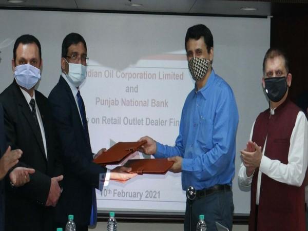 (L to R) Rajeev Puri and Ashok Kumar Gupta of PNB with Partha Bora and Sandeep Makker of IOCL