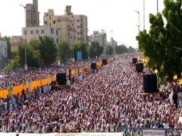 Thousands of protestors at an anti-Shia protest in Karachi, Pakistan last week.