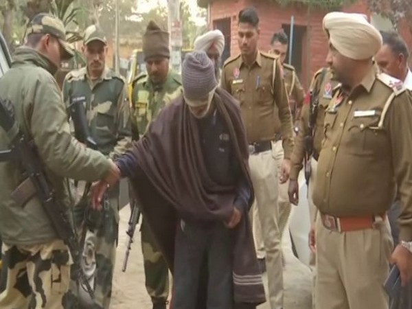 BSF personnel arrested one Pakistani national from near Chanaa Post, Gurdaspur sector on Tuesday. Photo/ANI