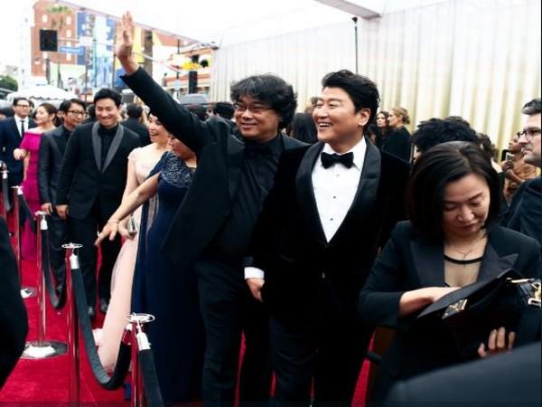 The team of South-Korean black comedy movie 'Parasite' (Image courtesy: Twitter)
