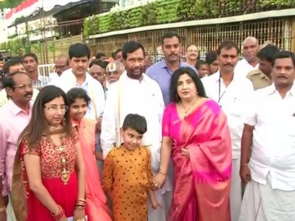 Union Minister Ram Vilas Paswan offered prayers with family at Tirupati temple, Andhra Pradeh. Photo/ANI