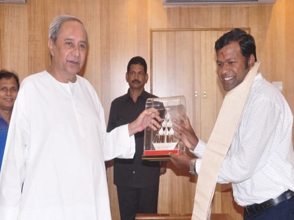 Odisha CM Naveen Patnaika facilitating Sudarsan Pattnaik for winning People's Choice Prize at Boston International Sand Art Championship Festival 2019 in USA.
