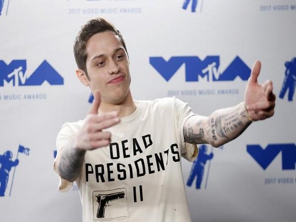 Pete Davidson posing at 2017 MTV Video Music Awards