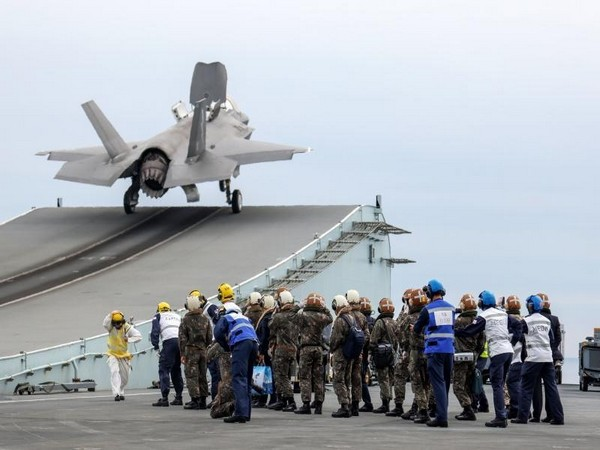 On the flight deck, which is 16,000 square meters and larger than two soccer fields, about ten F-35B aircrafts and 2-3 'Merlin' helicopters for surveillance and reconnaissance were on standby.