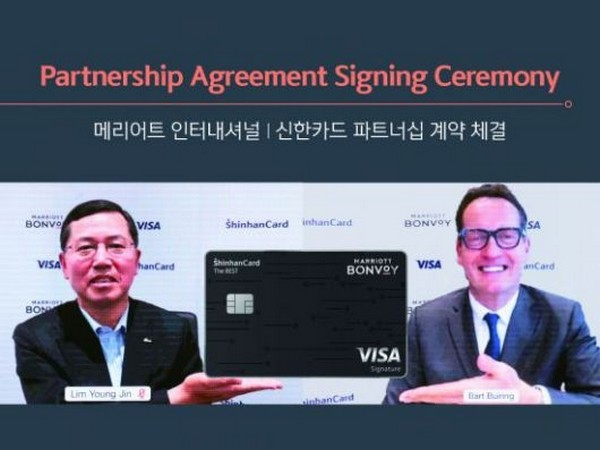 Shinhan Card's CEO Lim Young-jin (left) and Bart Buiring, chief sales and marketing officer of Marriott International for Asia Pacific region, are introducing the newly launched card.