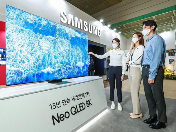 At the 2021 Samsung Electronics Pavilion, the World IT Show held at COEX in Samsung-dong, Seoul on the 21st, visitors are experiencing the quality of Neo QLED 8K. (Photo credit: Samsung Electronics)