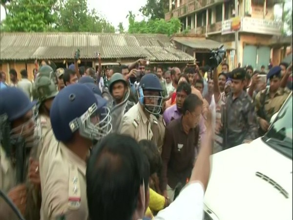 Security forces stop BJP leaders in Basirhat while they were taking the remains of the deceased BJP workers to the party office.