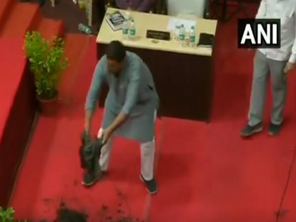 BJP Corporator, Manoj Prajapati, dumped sludge in the Legislative Assembly on Tuesday. Photo/ANI