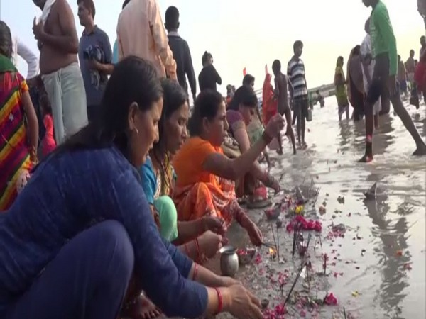 Devotees offering prayers and taking dips in Triveni Sangam. Photo/ANI