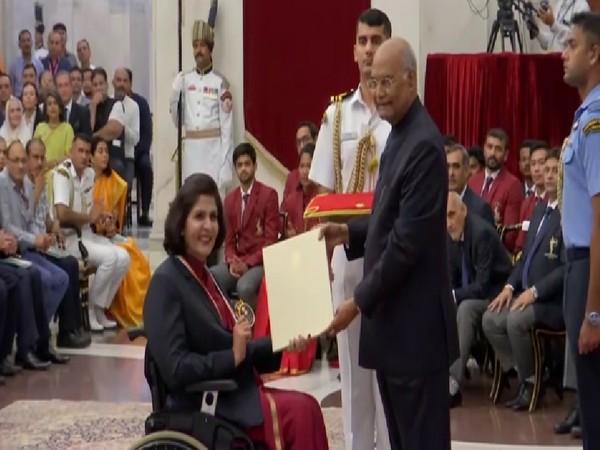 Para-athlete Deepa Malik receiving the Rajiv Gandhi Khel Ratna award from President Ram Nath Kovind at a function here on Thursday. Photo/ANI