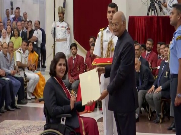 Para-athlete Deepa Malik receiving the Rajiv Gandhi Khel Ratna award from President Ram Nath Kovind at a function here on Thursday. Photo/ANI