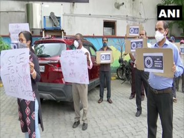 Journalists stage protest demanding judicial inquiry into death of a journalist who jumped off AIIMS building on July 6 on Tuesday. Photo/ANI