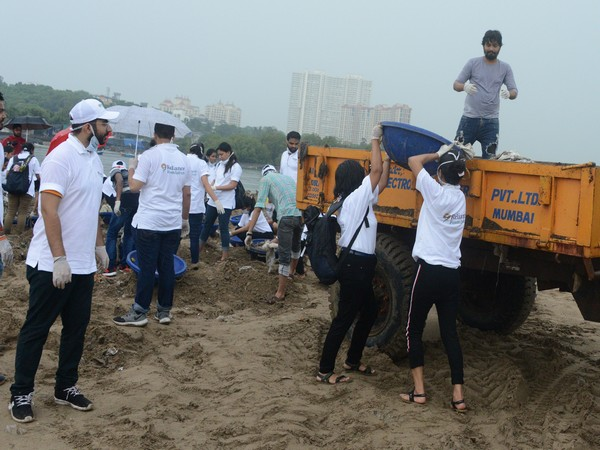 RIL trainee engineers in actions at Versova Beach cleanup  in Mumbai, Maharashtra