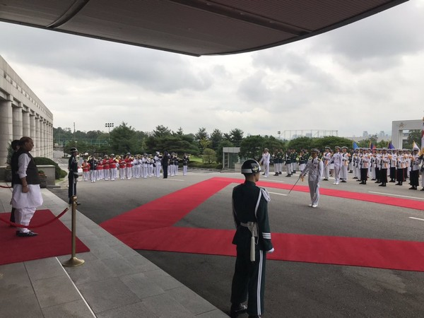 Union Defence Minister Rajnath Singh accorded the 'Guard of Honour' by the Tri-Services of Republic of Korea's Defence Forces  (Picture Credits: Defence Ministry/Twitter)