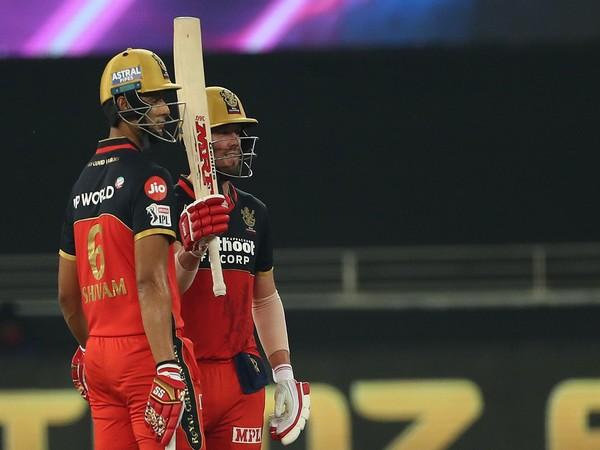 RCB's AB de Villiers and Shivam Dube (Photo/ iplt20.com)