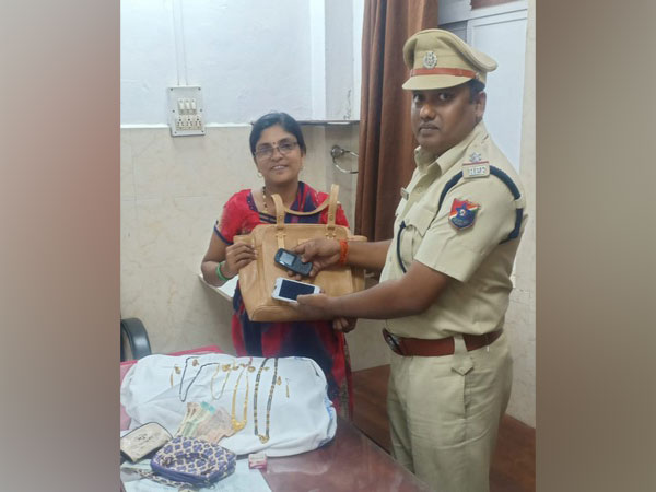 RPF Dadar helped find and returned a lost purse to Meenal on Saturday.