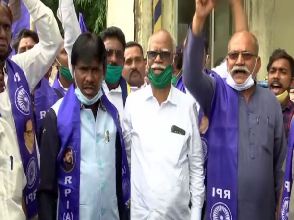 RPI workers protest against the attack on Former Naval officer Madan Sharma in Mumbai on Monday. [Photo/ANI]