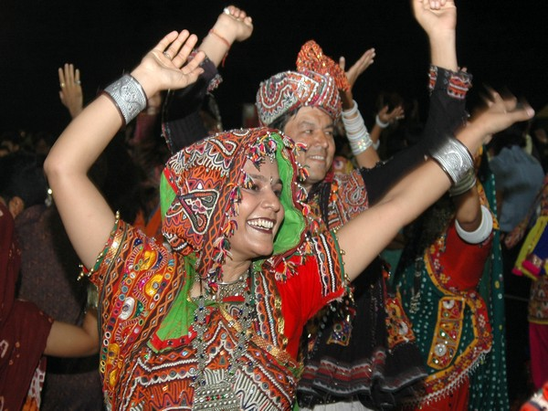 Devotees performing dandiya