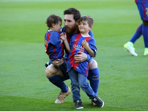 Lionel Messi with his sons Thiago and Mateo