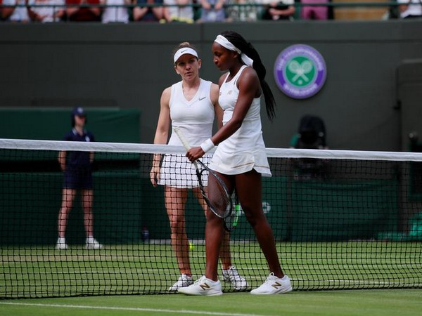 Dejected Cori Gauff with Simona Halep after the match
