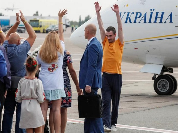 A freed Ukrainian prisoner is greeted upon arrival in Kiev (Photo/Reuters)