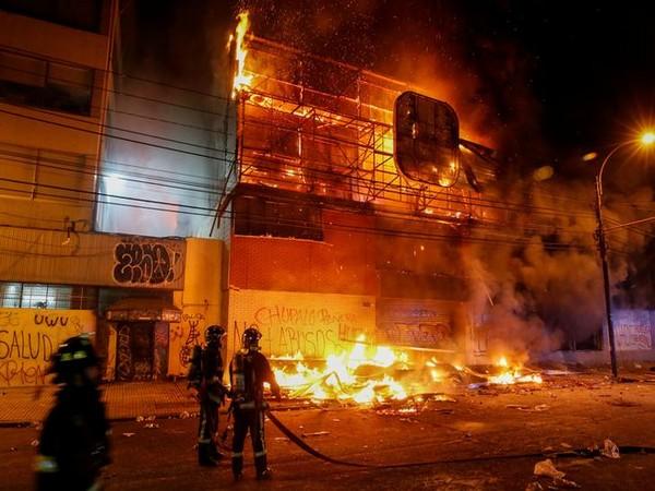 Chile: Three dead after Santiago supermarket set ablaze amid protests