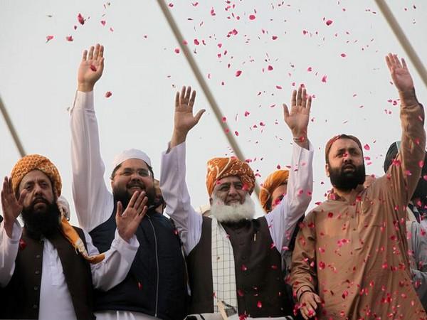Chief of Jamiat Ulema-e-Islam Fazl (JUI-F) Maulana Fazlur Rahman (third from left) at Azadi March protest in Lahore on October 30. (File photo)