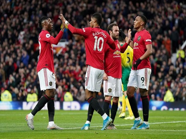 Manchester United's Marcus Rashford celebrates scoring their first goal with Aaron Wan-Bissaka and teammates