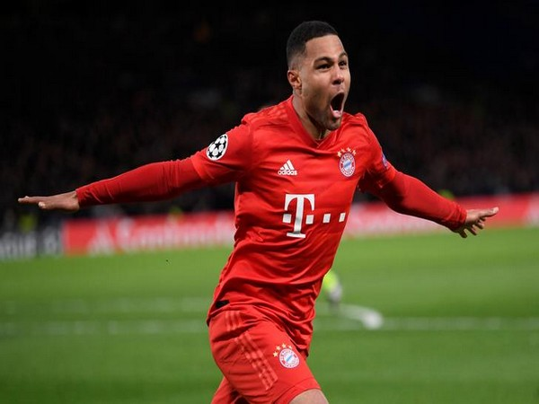 Serge Gnabry celebrates scoring their second goal against Chelsea