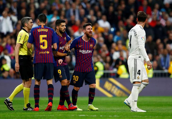 Barcelona's players appeal to referee in El Clasico match
