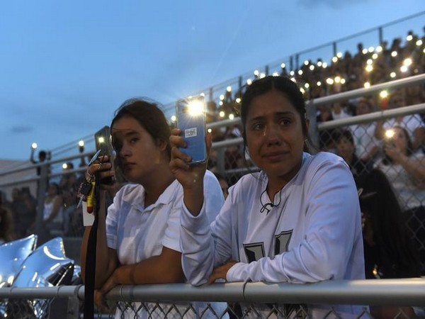 Students in the USA mourn the El Paso shooting on Aug 5 (Photo/Reuters)