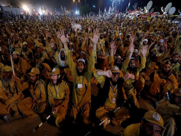 Supporters of Jamiat Ulema-e-Islam-Fazl (JUI-F) chant slogans during the Azadi March on Sunday