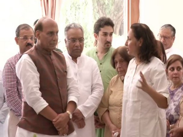 Rajnath Singh interacts with Ram Jethmalani's family after paying his last respects at his Delhi residence on Sunday. Photo/ANI