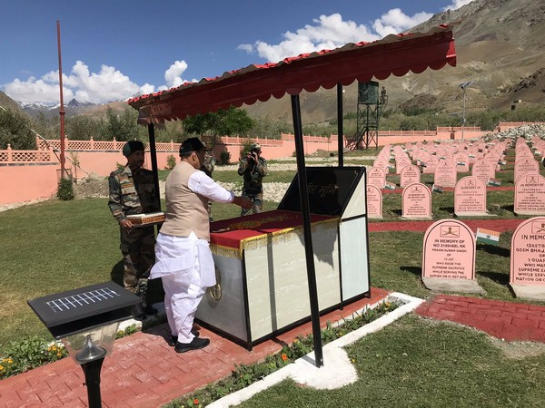 Defence Minister Rajnath Singh paying tribute to martyred soldiers at Kargil War Memorial in Drass (Picture Courtesy: Rajnath Singh Twitter)