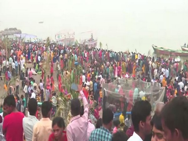 Thousands of devotees offered 'Sandhya Arghya' on the third day of Chhath Puja in Ranchi on Saturday. Photo/ANI
