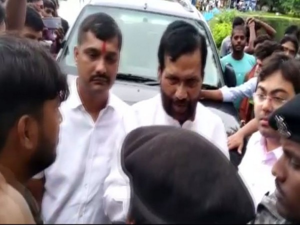 Union Minister Ramvilas Paswan faced the wrath of locals in Hajipur on Wednesday. Photo/ANI