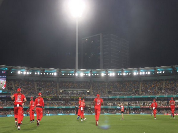 Melbourne Renegades taking field against Brisbane Heat (Photo/ Melbourne Renegades Twitter)