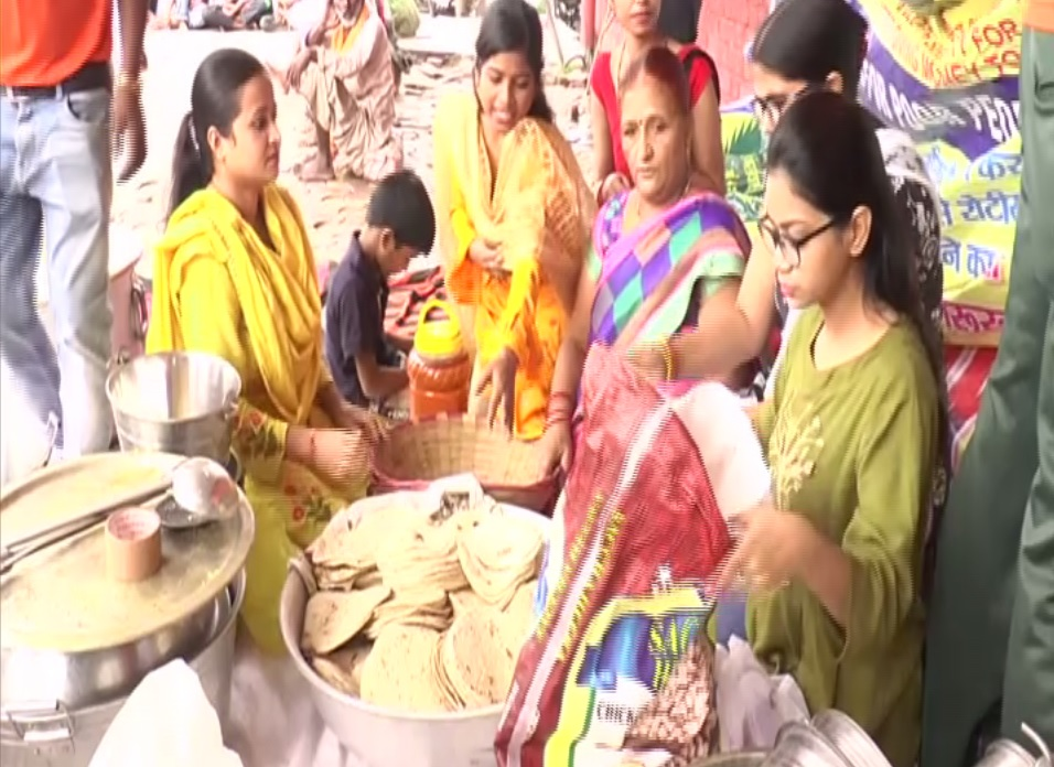 Bhojan Bank Sewa Samiti volunteer feeding poor and needy in Kanpur (Photo/ANI)