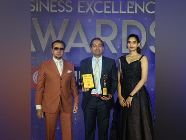 Sanjay Daga receiving the awards from Bollywood actor, Gulshan Grover and Miss Diva 2018 runner up, Roshni Sheoran