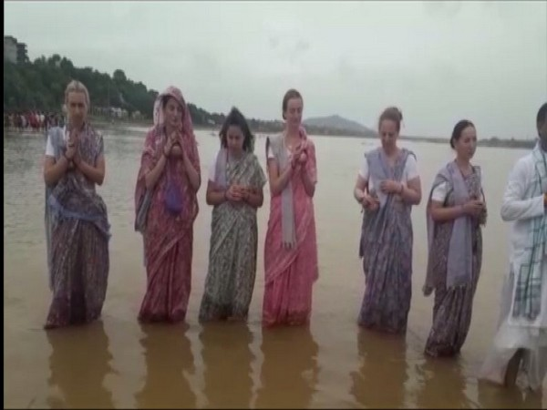 Russian women performs Pind Daan at a ghat in Gaya, Bihar [Photo/ANI]