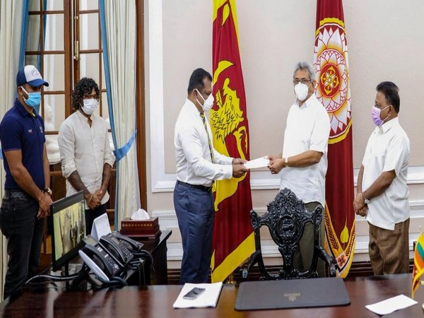 SLC president Shammi Silva handing over LKR 25 million to President Gotabaya Rajapaksa (Photo/SLC Twitter)