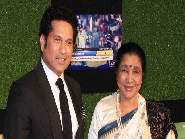 Sachin Tendulkar (L) with Asha Bhosle (R) (Photo/Sachin Tendulkar Twitter)