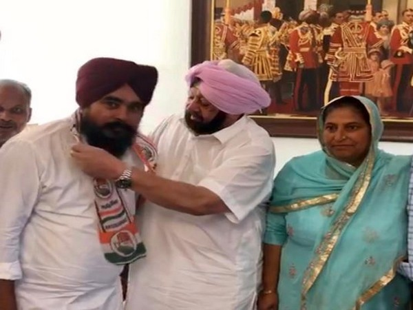 AAP MLA Amarjit Sandoya with Punjab Chief Minister Captain Amarinder Singh after joining the Congress party on Saturday. Photo/ANI