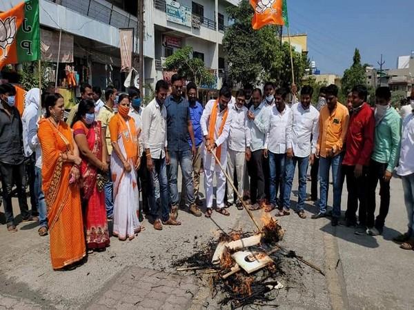 "BJP District Women's Front staged a ""Rasta Roko"" Andolan at Mumbai's Goregaon on Saturday."